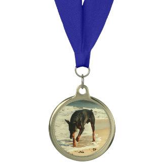 ビーチの絵画のイメージのドーベルマン犬 メダル