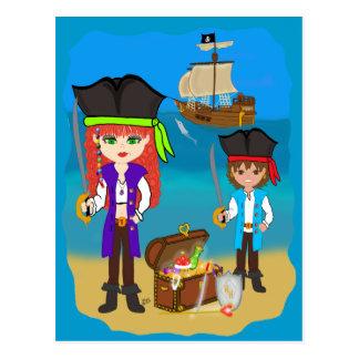 ビーチの郵便はがきの船を持つ女の子および男の子の海賊 ポストカード