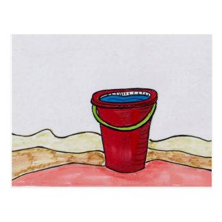 ビーチの郵便はがきの赤いバケツ ポストカード