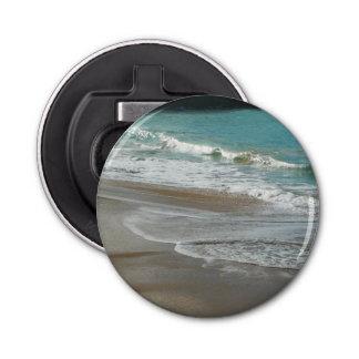 ビーチの青緑の海で重なり合う波 栓抜き