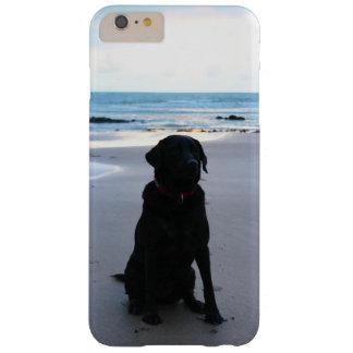 ビーチの黒いラブラドール BARELY THERE iPhone 6 PLUS ケース
