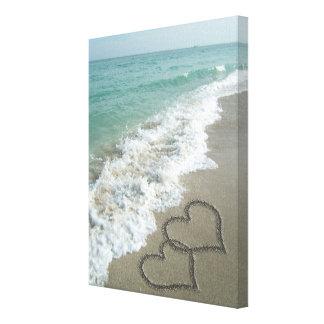 ビーチの2つの砂のハート、ロマンチックな海 キャンバスプリント