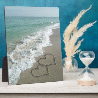 ビーチの2つの砂のハート、ロマンチックな海 フォトプラーク