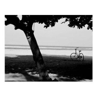 ビーチの2 Bicylesの白黒写真 はがき