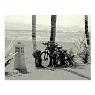 ビーチの2 Bicylesの白黒写真 ポストカード