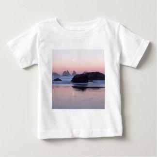 ビーチのMoonsetの子ネコの海はBandonを積み重ねます ベビーTシャツ