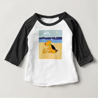ビーチのTシャツの漫画のAiredaleテリア犬 ベビーTシャツ