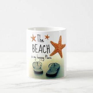ビーチは私の幸せな場所のビーチサンダルのマグです コーヒーマグカップ
