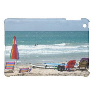 ビーチチェアのサーフボードの傘の砂の海 iPad MINIケース