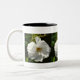 ビーチプラムの白いバラ ツートーンマグカップ