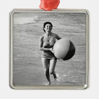 ビーチボールを持つ女性 メタルオーナメント
