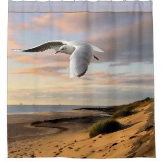 ビーチ上の翼のカモメ シャワーカーテン