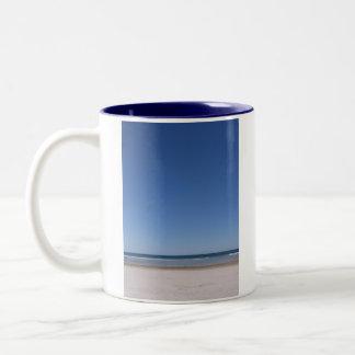ビーチ及び空の左利きのマグ ツートーンマグカップ