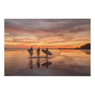 ビーチ、コスタリカの日没の歩くのサーファー ウッドウォールアート