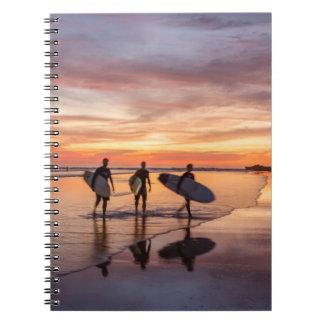 ビーチ、コスタリカの日没の歩くのサーファー ノートブック