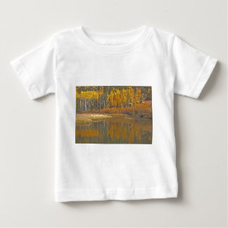 ビーバーの池に反映している金《植物》アスペン ベビーTシャツ