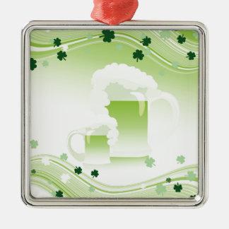 ビールおよび緑のシロツメクサ メタルオーナメント