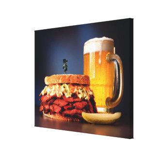ビールのマグが付いているパストラーミサンドイッチ キャンバスプリント