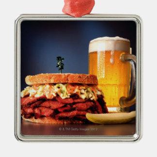 ビールのマグが付いているパストラーミサンドイッチ メタルオーナメント