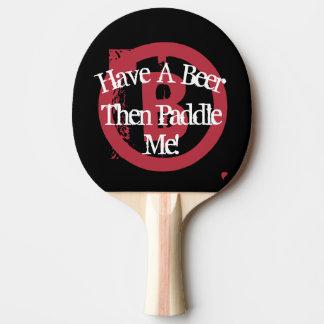 ビールを-黒及び白及び赤持って下さい 卓球ラケット