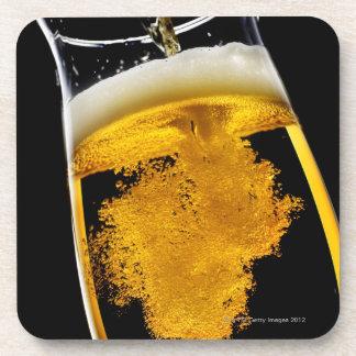 ビールガラス、スタジオの打撃に注がれて コースター