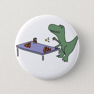 ビールPongを遊んでいるおもしろいなTレックスの恐竜 5.7cm 丸型バッジ