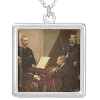ピアノのまわり、1885年 シルバープレートネックレス