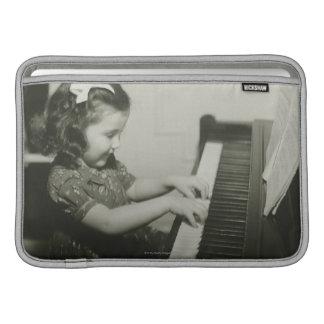 ピアノを遊んでいる女の子 MacBook スリーブ