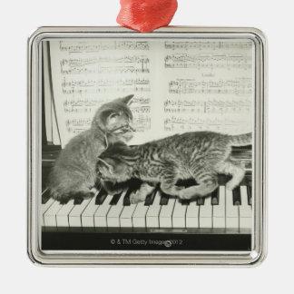 ピアノキーボードで遊んでいる2子ネコ(B&W) メタルオーナメント