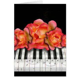 ピアノキーボードのバラおよび音楽ノート カード