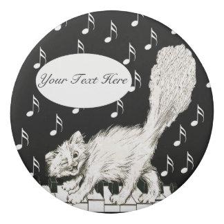 ピアノ鍵を渡る白い猫の踊りのまばたき 消しゴム