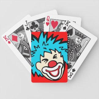 ピエロの顔のカードを遊んでいる赤く青いおもしろいの男の子 バイスクルトランプ