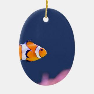 ピエロの魚はピンクのアネモネが付いている青海原で泳ぎます セラミックオーナメント