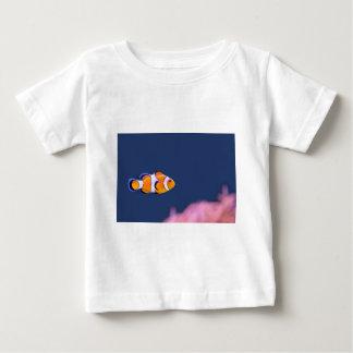ピエロの魚はピンクのアネモネが付いている青海原で泳ぎます ベビーTシャツ