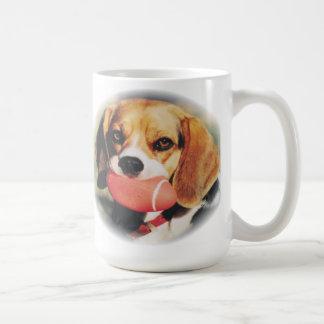 ピカピカのフットボールのおもちゃを持つかわいいビーグル犬のハウンドドッグ コーヒーマグカップ
