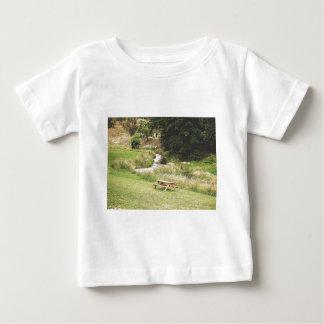 ピクニック用のテーブル ベビーTシャツ