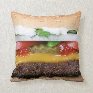 ピクルスの写真が付いているおいしいチーズバーガー クッション