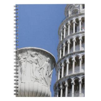 ピサ、イタリアの斜塔の隣の大きい壷 ノートブック