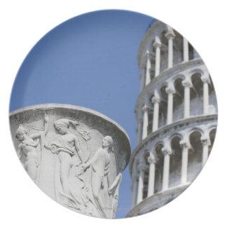 ピサ、イタリアの斜塔の隣の大きい壷 プレート