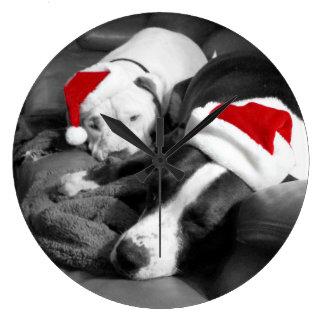 ピットブルのクリスマスのサンタの愛らしく眠い子犬 ラージ壁時計