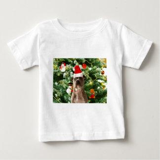 ピットブル犬のクリスマスツリーは雪だるまを飾ります ベビーTシャツ