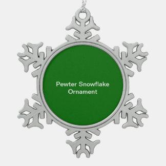 ピューターの雪片のオーナメントの緑の背景 スノーフレークピューターオーナメント