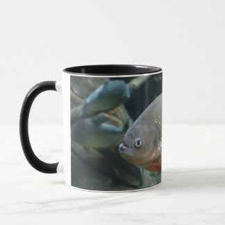 ピラニアの魚の水泳色の写真 マグカップ