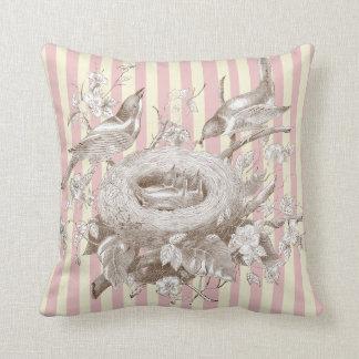 ピンクおよびクリームのLa小柄いFamilleは縞で飾ります クッション