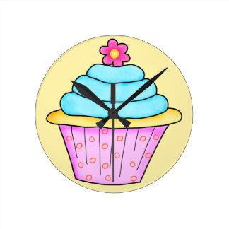 ピンクおよびターコイズのカップケーキの時計 ラウンド壁時計