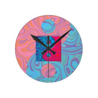 ピンクおよびターコイズの陰陽の記号 ラウンド壁時計