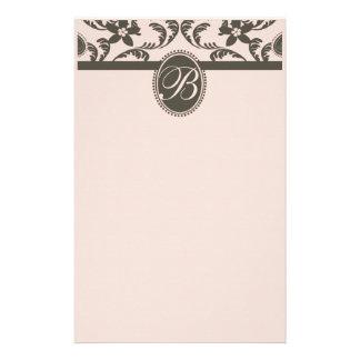 ピンクおよびブラウンのペイズリーの花柄のモノグラム 便箋