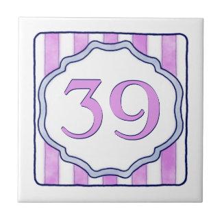 ピンクおよびラベンダーの大きい屋家番号 タイル