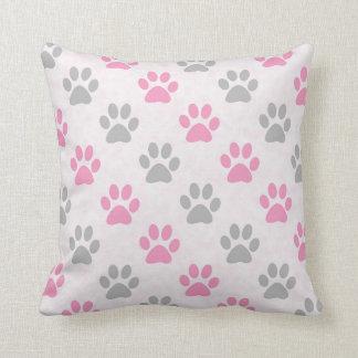 ピンクおよび灰色の子犬の足パターン クッション
