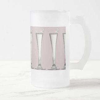 ピンクおよび白いシャンペンガラスのフルート フロストグラスビールジョッキ